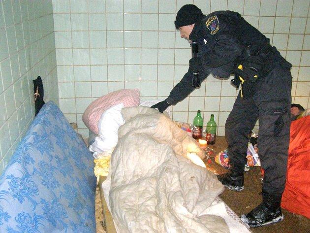 Kladenští strážníci pravidelně kontrolují místa, kde bezdomovci přespávají.