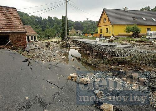 V osadě Buková u Bernartic na Jesenicku ničila povodeň. Její následky budou až do neděle likvidovat čtyři slánští strážníci. Slaňáci pro tyto účely založili i humanitární sbírku, která se denně rozrůstá