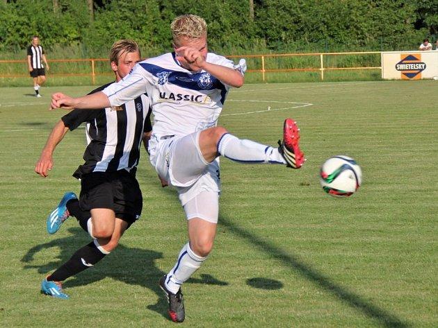 SK Kladno (v bílém) zvládlo přípravný duel s pražskou Admirou, vyhrálo 3:1. Odkopává Jiří Veselý.