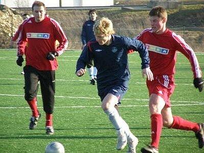 Doberský mladý útočník Neuberger (v modrém) se proti obraně Strašecí neprosadil.