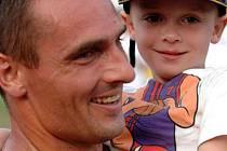 TNT  Fortuna Meeting 2007, Kladno, stadion Sletiště. Roman Šebrle po vítězství v desetiboji se synem.