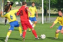 Kapitán Doks Martin Škvára (uprostřed) nedohrál, dostal červenou kartu.