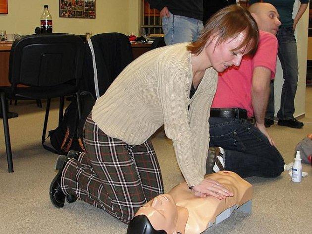 Redaktoři si v kurzu vyzkoušeli také resuscitaci v praxi.