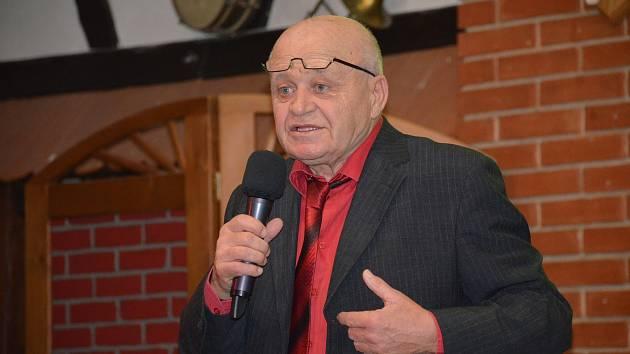 Na videu je i bývalý kladenský hokejista, stolní tenista, spisovatel, textař, bavič a dlouholetý komorník hokejisty Jaromíra Jágra Lubomír Čužák Rys.