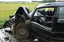 U Unhoště narazilo auto do stromu.
