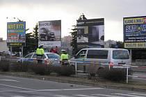 Nehoda policejního vozu se Škodou Octavia na náměstí Svobody v Kladně se naštěstí obešla bez zranění.
