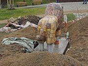 Útrerní instalace soch v Sítenském údolí v Kladně v parku zoo.