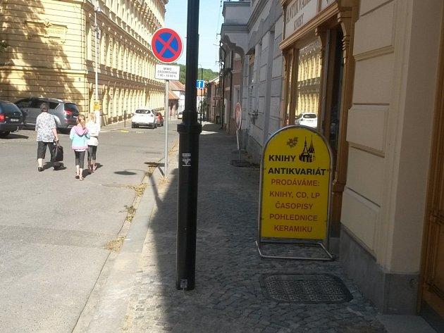 Nově instalované lampy ve slánské Štechově ulici.