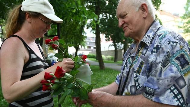V cíli pochodu předává Antonín Nešpor květiny Mileně Městecké. Snímek z roku 2012.