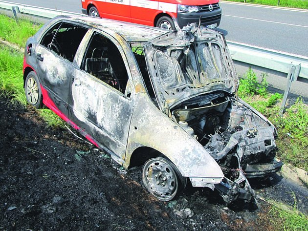 OHEŇ HAVAROVANÉ vozidlo zcela zničil.
