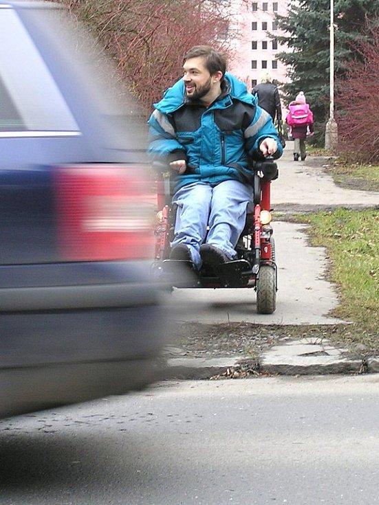 Vozíčkáři žádná privilegia v silničním provozu nemají. I při maximální opatrnosti jsou při opuštění chodníku stejně zranitelní jako ostatní chodci.