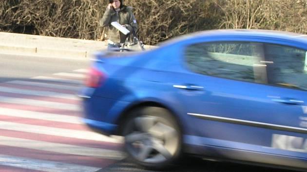 Chodci na přechodech čekají na zastavení automobilu většinou marně.. Na sledovaných místech zastavil v průměru až pátý řidič.  Smutným rekordem bylo projetí kolony osmi  vozidel, z nichž ani jedno chodci nezastavilo.