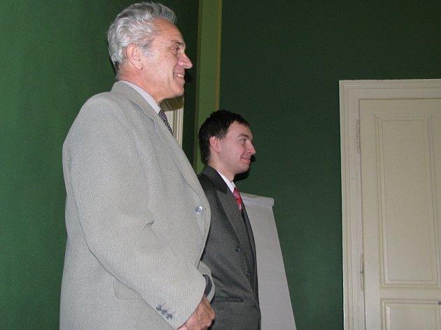 Informativní besedy jsou vedeny pracovníky kladenského úřadu práce Pavlem Štáfkem a Františkem Paulíkem.