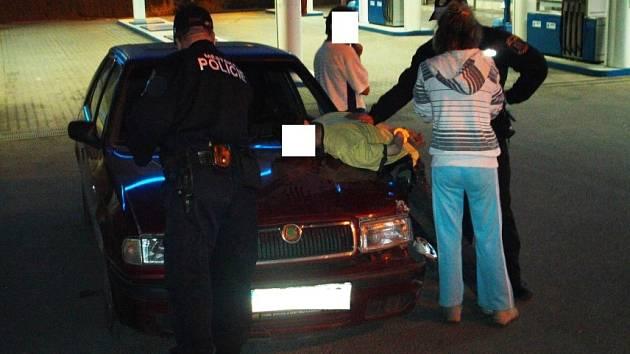 Dvaadvacetiletý mladík, který naboural do stojanu u čerpací stanice v Kladně nadýchal téměř tři promile alkoholu.