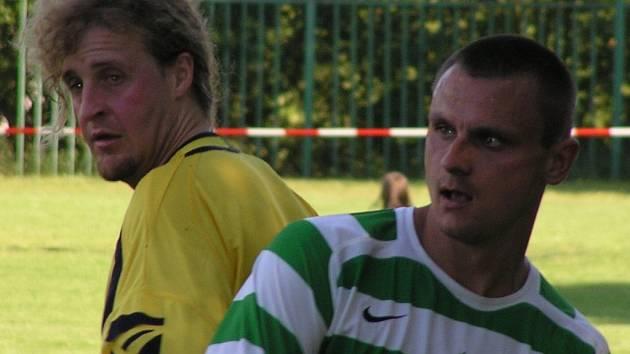 Vladimír Čurda (vpravo v souboji s obráncem Lužné Michalem Volrábem) přispěl s postupu Lhoty výbornými výkony v celé sezoně.