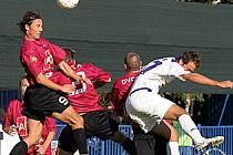 Fotbalisté Brna (v červeném) v Kladně nezaslouženě vyhráli 2:1. Kladenští doufají, že v pondělí se k nim v dalším souboji s moravským celkem štěstí přikloní.