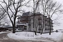 Domov Pod Lipami Smečno. Na zámku žijí klienti s mentálním postižením, ve spodním moderním areálu senioři.