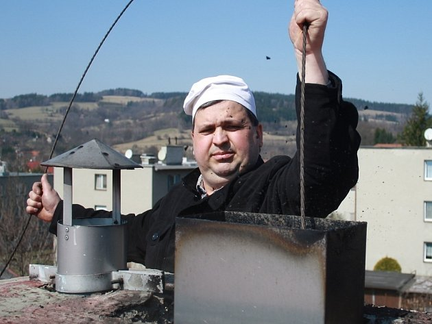 JAK POTVRZUJE kominík Stanislav Hlinšťák, na vyčistění kouřovodu se nevyplatí ušetřit. Jaro je na údržbu ideální čas.