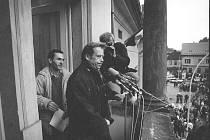 Václav Havel hovoří ke Kladeňákům. Za ním stojí Jíří Wohanka.