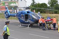 Vrtulník přistál na frekventované silnici pod pěší zónou.