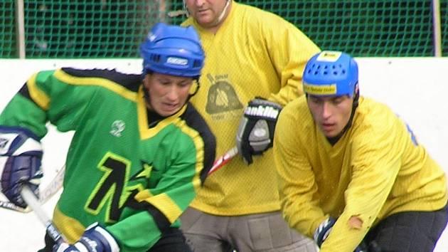 martin Ševc (vlevo) z Casina odolává náporu třebízských Michala Hory (vpravo) a Jiřího Nováka.