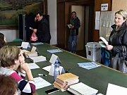 První voliči v okrsku číslo 1 ve Slaném
