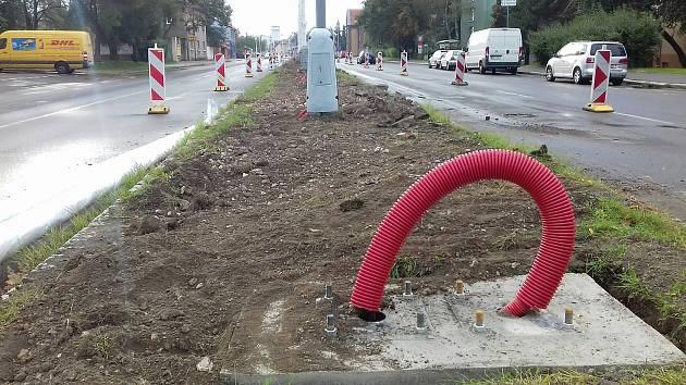 Zemní práce na rozdělovské čtyřproudovce ve Vítězné ulici kam umístí nové lampy. Podle primátora bude do Vánoc hotovo.