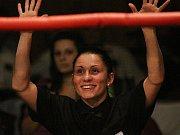 """Někdy bojovnice, většinou vítězka a někdy rozhodčí, to je Eva 'Cheetah' Líšková, řekli byste to """"na ulici"""" do této drobné usměvavé ženy?  // Noc válečníků 3 - Kladno 15. 12.2011"""