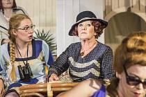ROZMAŘILOU DÁMU Z VYŠŠÍCH VRSTEV ztvární v nové inscenaci Městského divadla Kladno Vražda na Nilu herečka Zdena Hadrbolcová.
