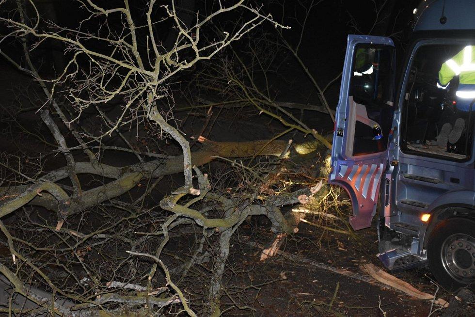 Ve Slaném v Ouvalově ulici spadl strom přímo před projíždějící kamion, který do něj následně naboural.