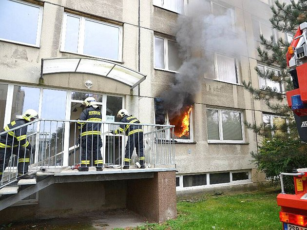 PŘI ŘÍJNOVÉM POŽÁRU bytu panelového domu v Kročehlavech hasiči evakuovali přes dvacet lidí.