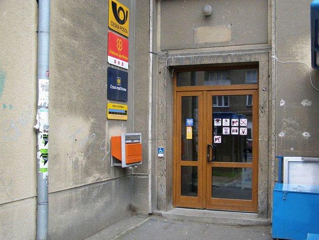 V pobočkách České pošty v ulici Vrchlického v Kročehlavech a na náměstí Svobody v Kladně brání vstupu do objektu handicapovaných kladenských obyvatel jeden jediný schod.