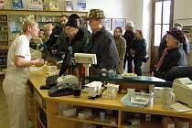 Každodenní fronty zákazníků, kteří někdy stojí až přede dveřmi, musejí od pondělka zvládat pracovnice lékárny v Oblastní nemocnici v Kladně.