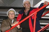 Možnosti prezentační návštěvy kladenského energocentra využila včera  také mluvčí Středočeských vodáren Lenka Kozlová., která naslouchala odbornému výkladu ředitele Energetiky Kladno Stanislava Klanducha.