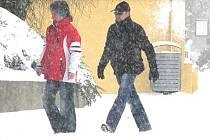 Sníh od sobotního rána zasypal kladenské ulice.