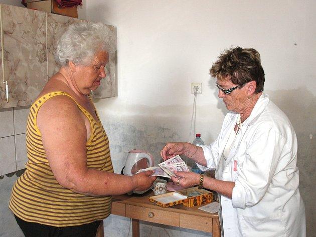 VĚNCESLAVA FIALOVÁ přebírá od ředitelky Českého červeného kříže Kladno Stanislavy  Klicmanové  Maříkové peníze.