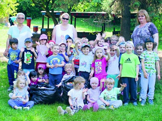 Děti z Mateřské školy ve Pcherách sbírají vydatně víčka pro Valinku už déle než rok