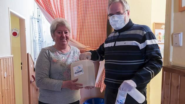 Primátor Kladna Dan Jiránek předává dezinfekce kladenským mateřinkám.