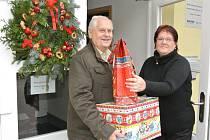 Radní pro oblast kultury Miloš Vrchlavský rozvezl dárky do dětských domovů.