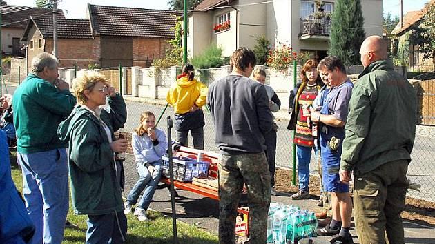 V Libochovičkách uspořádali celkem šest dobrovolných brigád, při nichž místní obyvatelé spolu s chalupáři zkrášlili okolí rybníka i další části vesnice.