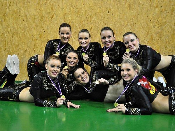Kateřina Šmejkalová (dole uprostřed) scelým Dancers Kladno.