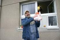 Ludvík Hess při otvírání babyboxu ve Slaném.