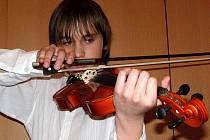 Na výchovných vystoupeních Základní umělecké školy v ulici 5. května v Kladně se představil například třináctiletý Matěj Fišer.