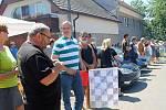 Přehlídka historických vozidel na návsi v Knovízi a start závodu. FOTO: