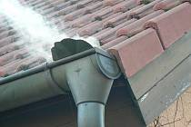 Kouřostroje odhalí desítky neoprávněných napojení do kanalizace.