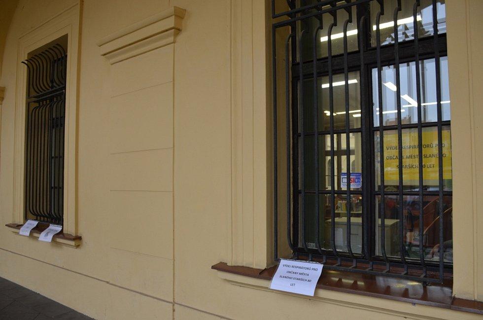 Ve Slaném lidé respirátory nosí vcelku zodpovědně. V knihovně byly ústenky vydávány seniorům zdarma. Jen se po nich zaprášilo. Už nejsou.