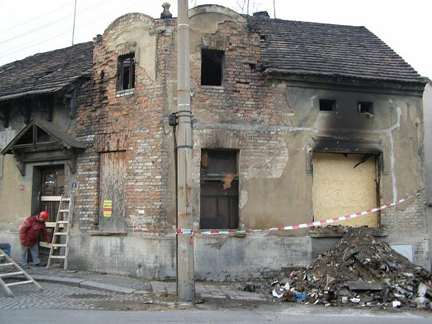 Vyhořelý dům v ulicie V. Sembdnera v Kladně-Dubí.