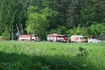 K tragédii je sjely policejní, hasičské i záchranářské vozy. Zasahoval zde i vrtulník.