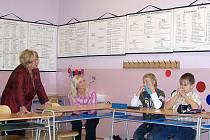 Při kladení otázek učitelům z bostonské školy museli žáci nejprve překonat prvotní ostych. Děti se nejvíce zajímaly o u nás neznámé svátky a tradice.
