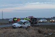 Na křižovatce silnice mezi Smečnem a Kačicí se srazila dvě auta